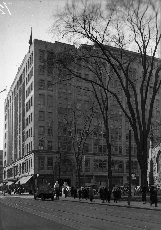 File grand magasin eaton s 677 rue sainte catherine ouest a l angle de la rue university 30 - Magasins rue sainte catherine ...